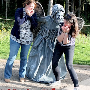 weeping angel living statue