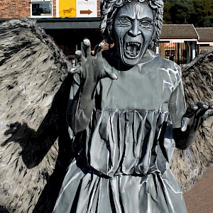 weeping angel human statue