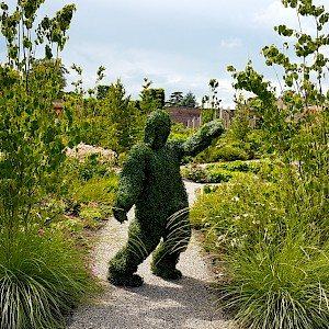 topiary human statue hire uk